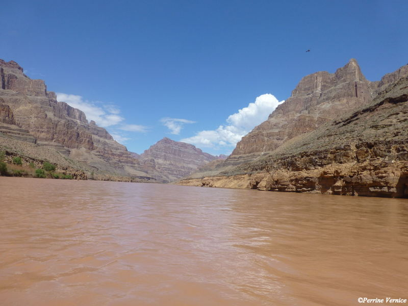 Bateau sur le Colorado Grand Canyon
